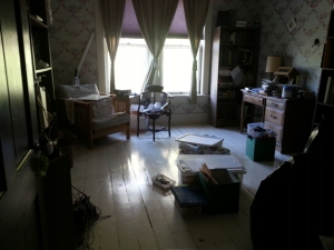 A picture of a room.